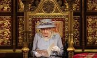 英 エリザベス女王 夫の葬儀後初めての外出公務