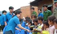 Provinsi Khanh Hoa  memberikan bingkisan  kepada anak-anak di kabupaten pulau Truong sa