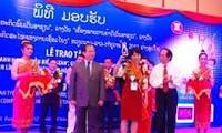Memberikan  hadiah Badan usaha  tipikal ASEAN - tahun 2012