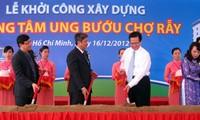 Upacara pencangkulan pertama untuk membangun  Pusat Tumor di Rumah Sakit Cho Ray