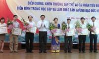 Memuji beberapa kolektif dan perorangan tipikal dalam  belajar dan bertindak sesuai dengan keteladanan moral Ho Chi Minh.