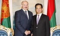PM Vietnam Nguyen Tan Dung mengadakan pertemuan dengan Presiden Belarus Alexander Lukashenko