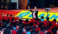 Deputi Perdana Menteri dan para Menteri Vietnam megadakan dialog dengan para mahasiwa.