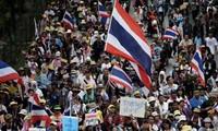 Ribuan orang melakukan demonstrasi di ibukota Bangkok untuk memprotes Pemerintah.