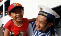 Melakukan sosialisasi dan pendidikan tentang tradisi cemerlang angkatan laut Vietnam