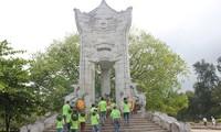 Mengunjungi Makam Pahlawan Nasional Truong Son pada hari-hari bulan Juli