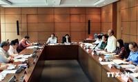 Para anggota MN  berbahas di grup-grup tentang  situasi  sosial-ekonomi.