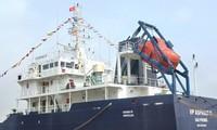 Membantu awak kapal dan kapal pengangkut kargo Vietnam  yang diserang di dekat laut Singapura