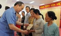 Pimpinan Partai dan Negara Vietnam memberikan bingkisan Hari Raya Tet kepada para kepala keluarga miskin