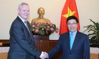 Meningkatkan hubungan kemitraan  strategis dan komprehensif  Vietnam-Rusia berkembang secara ekstensif, intensif dan ekfektif.