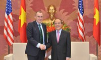 Ketua MN Vietnam Nguyen Sinh Hung menerima delegasi anggota Parlemen AS.