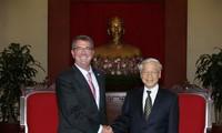Sekjen KS PKV Nguyen Phu Trong menerima Menhan AS, Ashton Carter