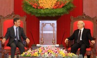Sekjen KS PKV, Nguyen Phu Trong menerima Dubes Laos, Thoongxavan Phomvihan