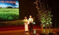 "Acara mengevaluasikan dan memberikan hadiah sayembara mengarang:  ""Pertanian, kaum tani dan pedesaan""-tahun 2015"