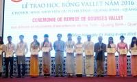 Memberikan bea siswa Vellet kepada pelajar dan mahasiswa terkemuka  di 3 provinsi Vietnam Tengah