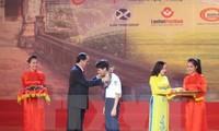 Kira-kira 200 pelajar, mahasiswa dan atlet mendapat hadiah Dana penyuluhan belajar dan  talenta Dinh Bo Linh-tahun 2016