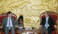 Kepala Departemen  Ekonomi KS PKV, Nguyen Van Binh menerima kepala pakar ekonomi IMF