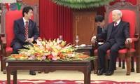 Sekjen KS PKV,Nguyen Phu Trong menerima PM Jepang, Shinzo Abe