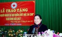 Wakil Harian Ketua MN Vietnam, Tong Thi Phong mengunjungi dan  memberikan bingkisan kepada kaum miskin di provinsi Bac Giang