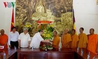 Ketua Pengurus Besar Front Tanah Air Vietnam, Nguyen Thien Nhan mengunjungi dan mengcapkan selamat Hari Raya Tahun Baru Tradisional Chol Chnam Thmay di provinsi Tra Vinh