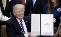 Dekrit pembatasan imigrasi dari Presiden AS, Donald Trump resmi berlaku