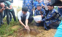 Upacara menerima  tanah suci dari kabupaten  pulau Truong Sa pada Dan Xa Tac