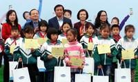Dana Bantuan untuk Anak-Anak Vietnam memberikan susu dan beasiswa kepada anak-anak