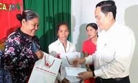 Ketua Pengurus Besar Front Tanah Air Vietnam  mengucapkan selamat Hari Raya Tet kepada para kepala keluarga yang mendapat kebijakan prioritas di Provinsi Soc Trang