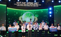 Memberikan beasiswa Dana Bibit Viet Nam kepada pelajar miskin, tetapi haus belajar  dari 13 provinsi dan kota di daerah dataran rendah sungai Mekong