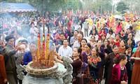 Membakar dupa  mengenangkan dan menyatakan terima kasih kepada Ibunda Au Co