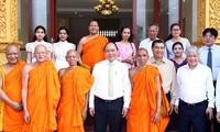 PM Viet Nam, Nguyen Xuan Phuc berkunjung dan mengucapkan selamat Hari Raya Chnam Thmay di Akedemi Agama Buddha Theravada Khmer