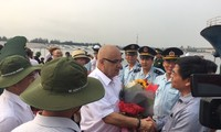 Menyambut kedatangan rombongan wisman  ke Provinsi Quang Tri melalui jalan laut