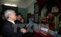 Party leader burns incense in memory of President Ho Chi Minh