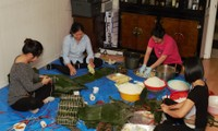 Người Việt tại Canada gói bánh Tét gây quỹ ủng hộ đồng bào miền Trung Việt Nam