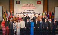 Nguyen Xuan Phuc et son épouse président la cérémonie célébrant les 50 ans de l'ASEAN