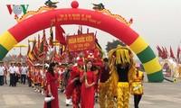 Les touristes s'affluent vers le temple des rois Hùng fondateurs du pays