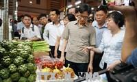 Vu Duc Dam visite un marché alimentaire de gros à Hô Chi Minh-ville