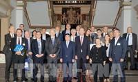 Nguyên Thành Phong reçoit des hommes d'affaires français