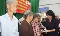 Long An: Dang Thi Ngoc Thinh offre des cadeaux aux bénéficiaires des politiques sociales