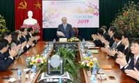 Nguyên Xuân Phuc se rend à la Banque de la politique sociale