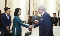 Dang Thi Ngoc Thinh reçoit le gouverneur du Queensland