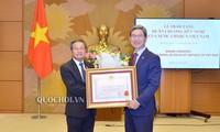Dô Ba Ty décore le président du groupe parlementaire d'amitié   République de Corée-Vietnam
