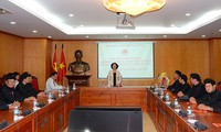 Réception de dignitaires bouddhistes par la présidente de la Commission de sensibilisation auprès de la population, Truong Thi Mai