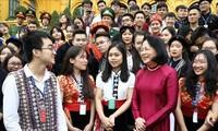 Dang Thi Ngoc Thinh reçoit des jeunes exemplaires issus d'ethnies minoritaires