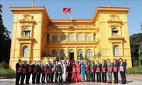 Dang Thi Ngoc Thinh remet leurs lettres de nomination aux nouveaux ambassadeurs vietnamiens