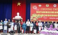 Têt : Les dirigeants offrent des cadeaux aux habitants des localités