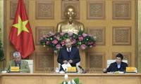 Le Premier ministre Nguyên Xuân Phuc travaille avec ses collaborateurs économiques