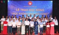 Dang Thi Ngoc Thinh remet des bourses d'études à des élèves du Nord