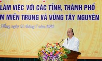 Nguyên Xuân Phuc rencontre les responsables des localités du Centre