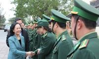 Truong Thi Mai rend visite à des unités d'armée à Quang Nam